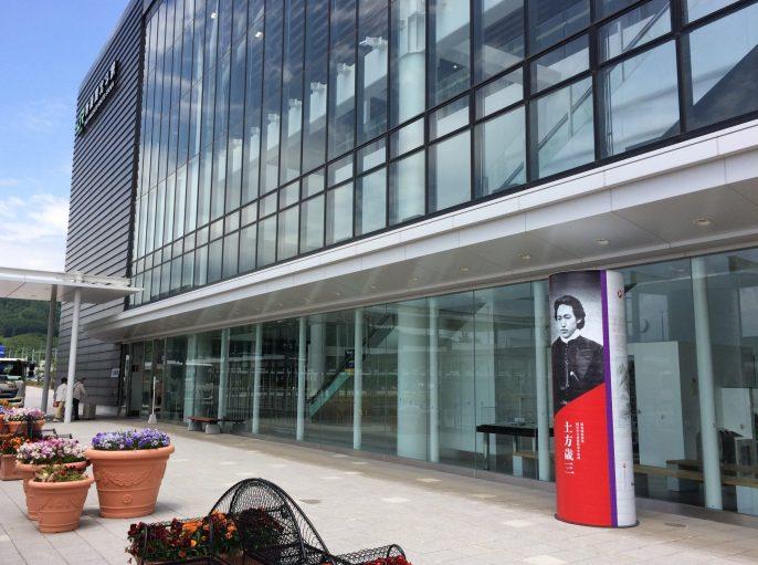 新函館駅前に歴史モニュメントが設置されました